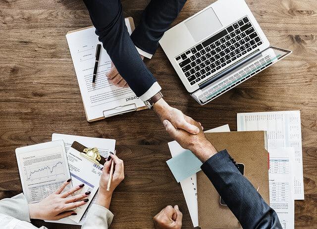 Einigung von Geschäftspartnern im Management Consulting